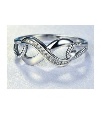 Neskončno lep srebrn prstan s kristali