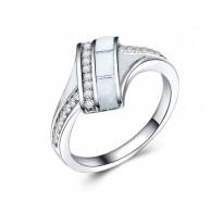 Pozlačen prstan z opali in kristali