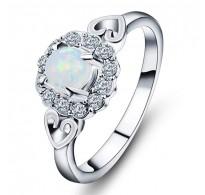 Prstan, trendy dizajn s kristali in belim opalom