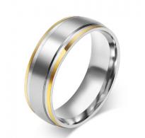 Preprosto eleganten prstan iz nerjavečega jekla v kombinaciji z IP pozlato