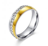 Prstan bogato okrašen s kristali kubični cirkonij