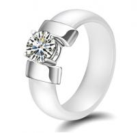 Eleganten prstan iz keramike s kristalom CZ