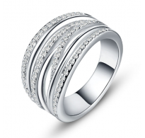 Atraktiven eleganten prstan s kristali CZ