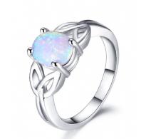 Prikupen srebrn prstan z prelepim belim opalom
