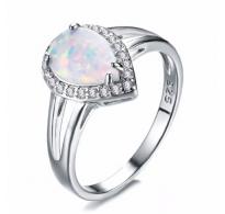 Atraktiven srebrn prstan z belim opalom in kristali CZ