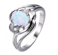 Očarljiv srebrn prstan z belim opalom