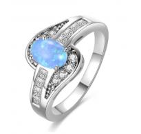 Privlačen srebrn prstan z modrim opalom in kristali kubični cirkonij