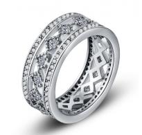 Atraktiven moderen prstan bogato okrašen z kristali kubični cirkonij