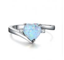 Srebrni prstan z belim opalom v obliki srca