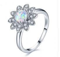 Srebrn prstan z opalom obdan z kristali CZ