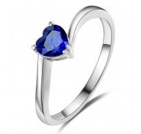 Nežen in romantičen srebrn prstan z modrim srčkom
