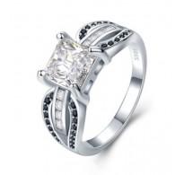 Graciozen srebrn prstan kraljevskih razsežnosti v črno beli kombinaciji