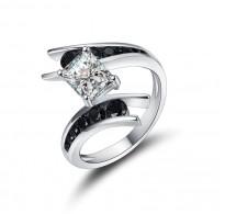 Drzen srebrn prstan modernega dizajna