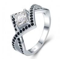 Bogato izdelan srebrn prstan v črno beli kombinaciji
