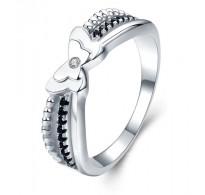 Ljubko izdelan srebrn prstan z metuljem