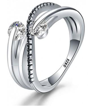 Moderen srebrn prstan v črno beli kombinaciji