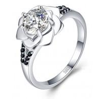 Glamurozen srebrn prstan oblike vrtnice