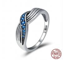 Srebrn prstan s čarobnimi modrimi kristali