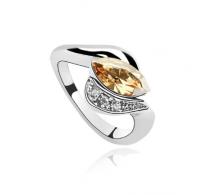 Graciozen, zelo eleganten prstan s kristalom v barvi šampanjca