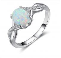 Edinstven dizajn, srebrn prstan z osupljivim belim opalom