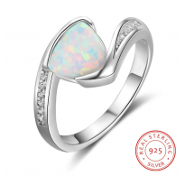 Edinstven srebrn prstan s čarobnim belim opalom