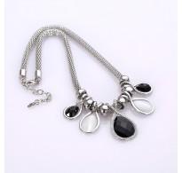 Elegantna ogrlica s kristali v modni barvni kombinaciji