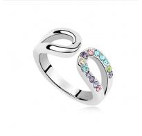 Rodiniran prstan okrašen s pastelnimi, večbarvnimi kristali